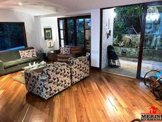 Una sala de estar llena de muebles y una televisión de pantalla plana en VILLAS DE SAUZALITO