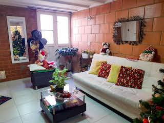 Una sala de estar llena de muebles y una chimenea en Venta Casa Suba Fontanar