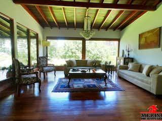 Una sala de estar llena de muebles y una chimenea en PIEDRA VERDE