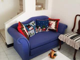 Un sofá azul sentado en una habitación junto a una ventana en VENDO CASA MOSQUERA - REMANSOS DE MOSQUERA