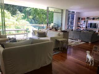 Una sala de estar llena de muebles y un suelo de madera en Propiedad en Venta - La Concha
