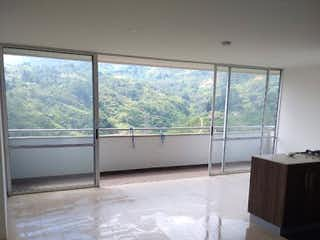 Una vista de una sala de estar con un gran ventanal en URB quinta estrella