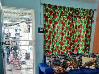 Una sala de estar llena de muebles y una ventana en Apartamento en venta en Castilla, 125mt