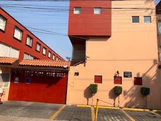 Una fila de parquímetros delante de un edificio en venta- casa Coyoacan- El mirador -   recien remodelada