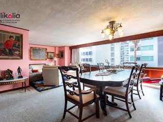 Una sala de estar llena de muebles y una gran ventana en Departamento en Arquímedes Polanco