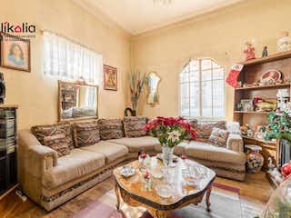 Una sala de estar llena de muebles y una chimenea en Casa en Manzanillo Roma