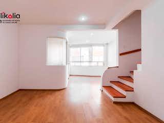 Una sala de estar con suelos de madera y paredes blancas en Casa en Condominio en General Pedro Maria Anaya