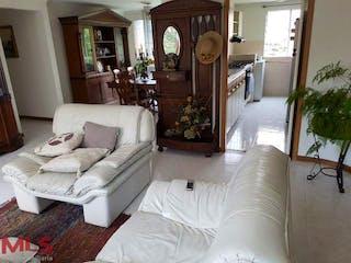 Una sala de estar llena de muebles y una gran ventana en San Ricardo
