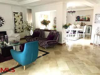 Una sala de estar llena de muebles y una mesa en Casablanca
