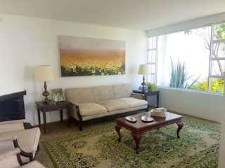 Una sala de estar llena de muebles y una televisión de pantalla plana en Casa en venta en Prado Veraniego de 246mts