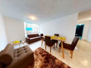Una sala de estar llena de muebles y una televisión de pantalla plana en Venta de Apartamento en Campiña, Suba.