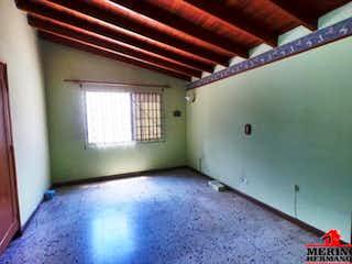 Un cuarto de baño con un inodoro y un lavabo en Casa ParaVenta,