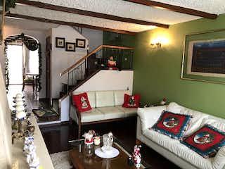 Una sala de estar llena de muebles y una chimenea en Casa En Venta En Bogota La Floresta