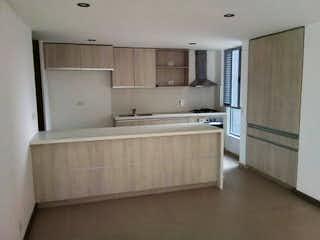 Un cuarto de baño con una bañera y un lavabo en Apartamento en venta en Loma de Las Brujas, 123mt con balcon