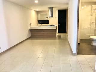Un cuarto de baño con lavabo y un espejo en Apartamento en venta en Laureles, 101mt con balcon