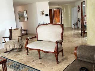 Una sala de estar llena de muebles y una chimenea en Apartamento en venta en San Joaquín, 190m² con Zonas húmedas...
