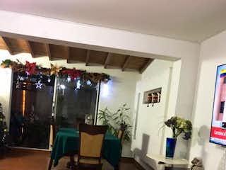 Una habitación llena de un montón de botellas de vino en SE VENDE MUY BUENA CASA  BIFAMILIAR  U. CERR EN LA MOTA  CERCA A LA 80
