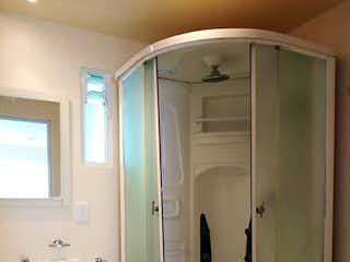 Un cuarto de baño con ducha y un aseo en Venta de departamento en Alcaldía Benito Juárez, CDMX