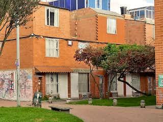 Un edificio de ladrillo con un árbol en frente en Casa en venta / Bosa - Recreo