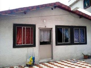 Un edificio con una ventana y una boca de incendios en Casa en Agrícola Oriental En Venta