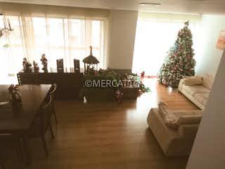 Una sala de estar llena de muebles y un árbol de navidad en Venta Apartamento Cedritos Capri