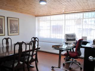 Una habitación llena de muebles y una ventana en Venta Casa en Muequetá - 3214343