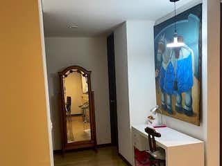 Un cuarto de baño con ducha y un espejo en Apartamento en venta Barrio Cedritos de dos habitaciones