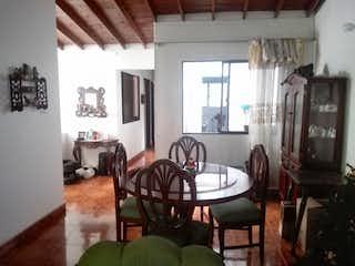 Una sala de estar llena de muebles y una ventana en Casa en Venta Alcalá, Envigado