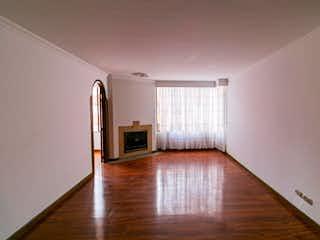 Una sala de estar con suelos de madera y suelos de madera en Apartamento En Venta En Bogota La Colina Campestre