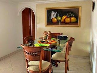Un comedor con una mesa y sillas en Apartamento en Venta LOS COLORES