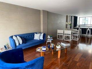 Una sala de estar llena de muebles y suelos de madera en Departamento en venta en Polanco de 2 alcoba