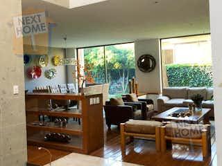 Una sala de estar llena de muebles y una ventana en VENTA CASA en CONDOMINIO CUAJIMALPA