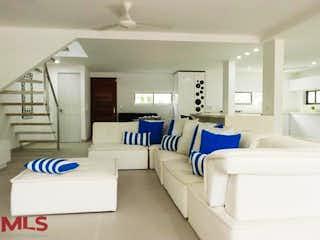 Una sala de estar llena de muebles y una gran ventana en Hacienda Valle Real
