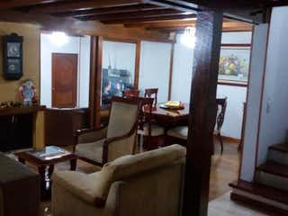 Una sala de estar llena de muebles y una ventana en Casa en venta en Caobos Salazar de 187m²