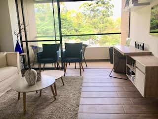 Una sala de estar llena de muebles y una ventana en Apartamento en Venta Seniors El Vergel - Envigado
