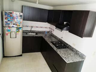 Una cocina con nevera y fregadero en Apartamento en venta en El Carmelo de 3 hab.