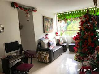 Una sala de estar llena de muebles y un árbol de navidad en TORREON DE SANTA MARIA