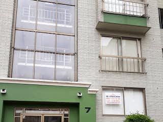 Un edificio de ladrillo con una puerta verde en Apartamento en Venta LA LIBERIA