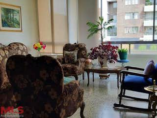 Una sala de estar llena de muebles y flores en Brasilia 3