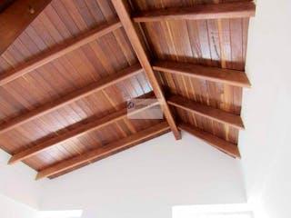 Un primer plano de un banco de madera en una habitación en Apartamento. Medellin,buenos aires, piso 3