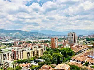 Una vista de una ciudad con edificios altos en el fondo en VENTA APARTAMENTO EN ENVIGADO LA PAZ