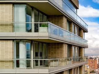 Un gran edificio con una ventana en frente de él en Edificio Solhe