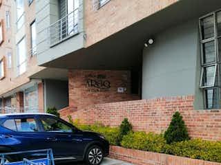 Un coche estacionado delante de un edificio en Edificio Argo Ph