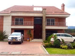 Un coche estacionado delante de una casa en Casa en venta en Casco Urbano Sopó, 600m² con Jardín...