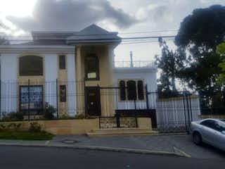 Un edificio con un reloj en la parte superior en Casa en venta en Santa Ana, 572m² con Bbq...