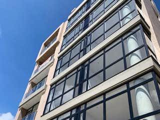 Un edificio muy alto con una ventana grande en Apartamento en venta en Santa Bárbara Occidental con acceso a BBQ