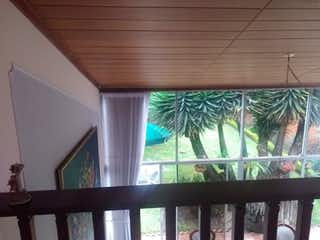 Una vista de una palmera en un balcón en Casa en venta en Chicó Navarra de 4 habitaciones