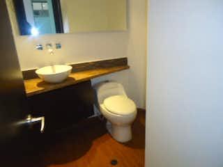 Un cuarto de baño con un inodoro y un lavabo en Apartamento en venta en Chicó Navarra de 53m²