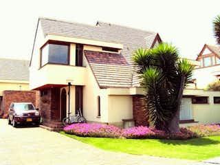 Una casa con una planta delante de ella en Casa en venta en Contador con acceso a Jardín