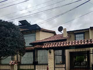 Un edificio con un reloj en el costado en Casa en venta en Iberia, 243m²